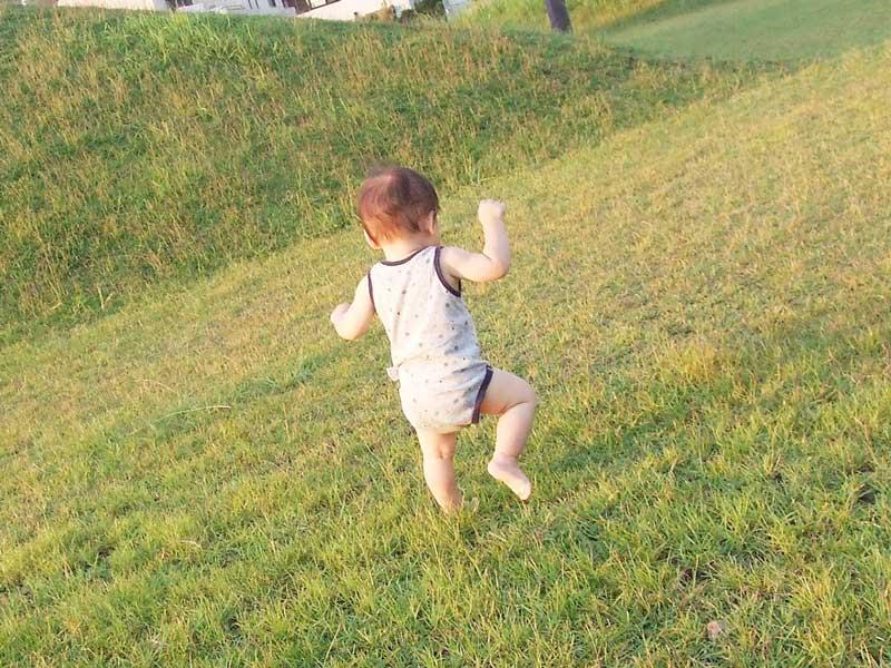 歩き始める子供