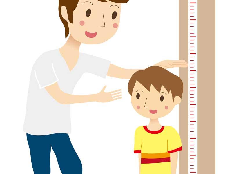 子供の身長を計っているお父さんのイラスト