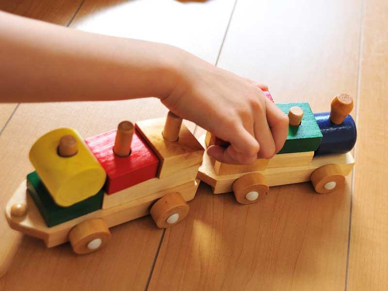 汽車のおもちゃで遊ぶ子供