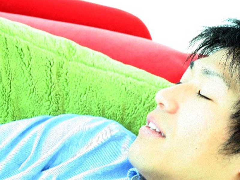 ソファで寝ている旦那さん