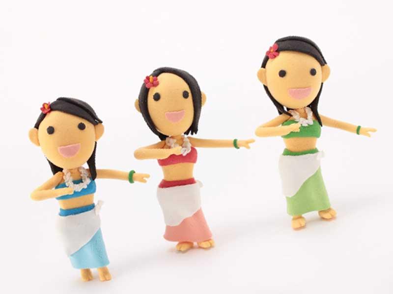 フラダンスをしている主婦たち