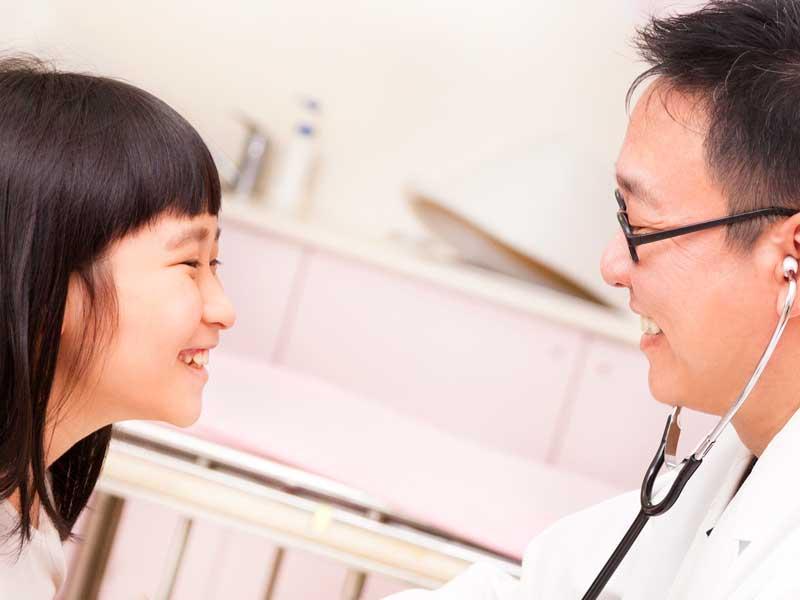 医師と話しをしてる小学生の女の子