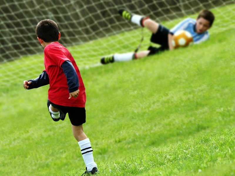 サッカーをしている子供達