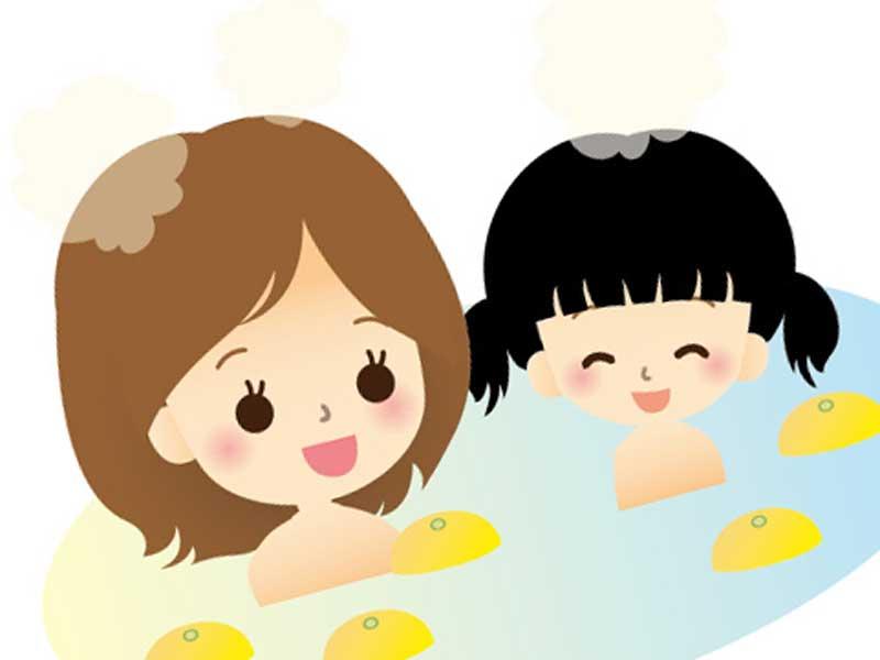 お母さんと一緒にお風呂に入る子供のイラスト
