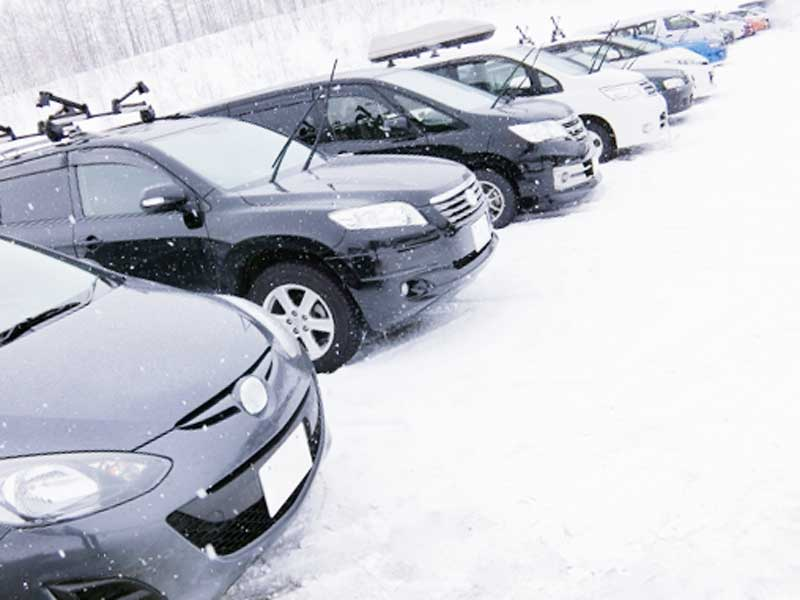 雪が降っている駐車場