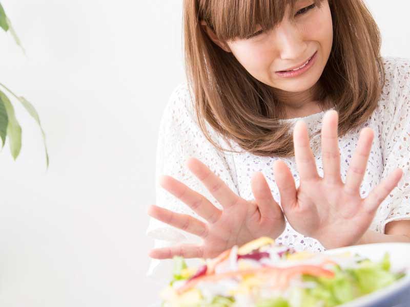 サラダを嫌がっている妊婦さん