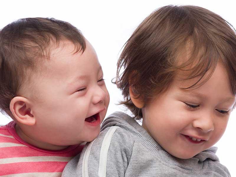 年齢の近い兄弟の赤ちゃん