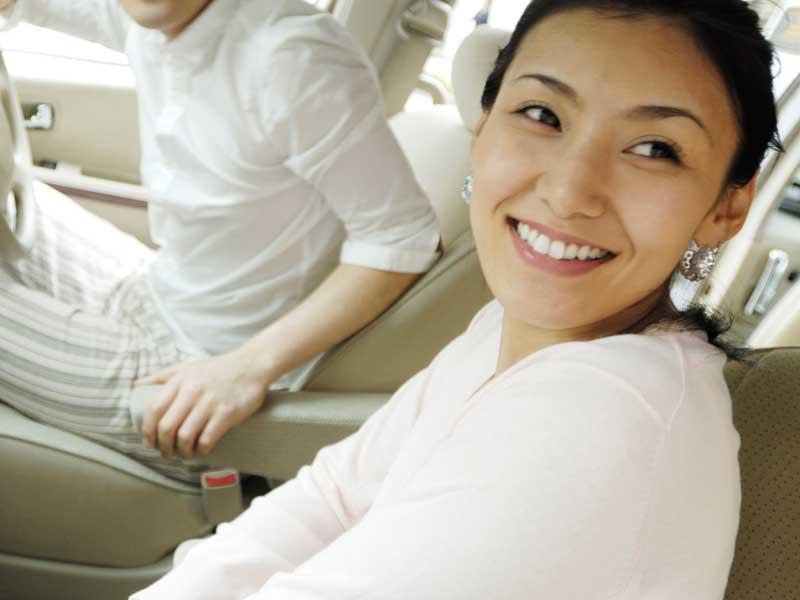車の乗っている妊婦さん