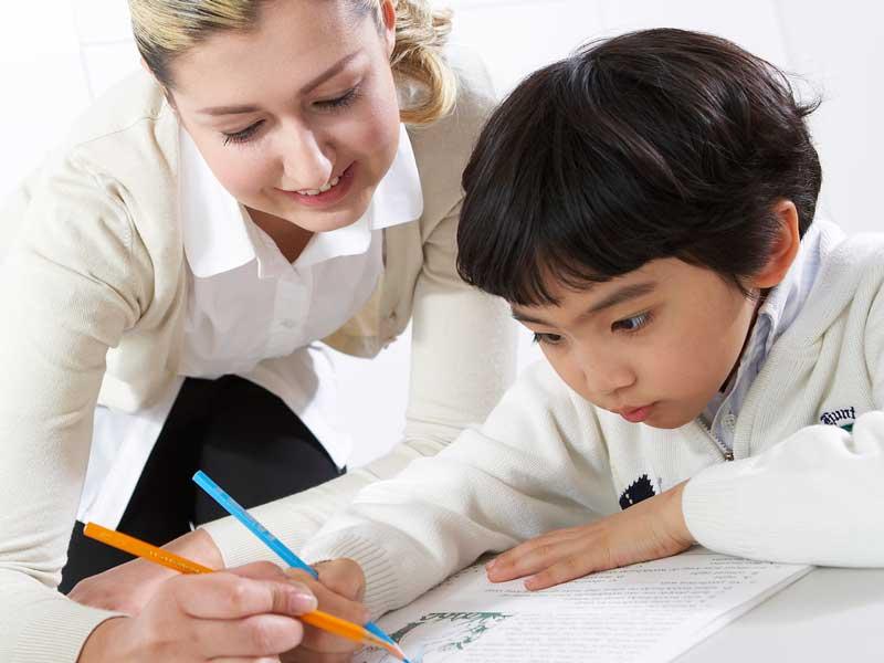 英語の勉強をしている子供