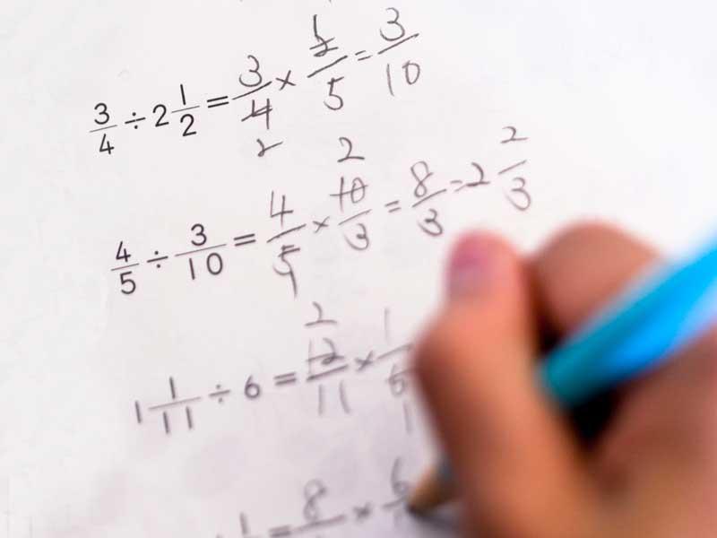 分数の計算をしている小学生