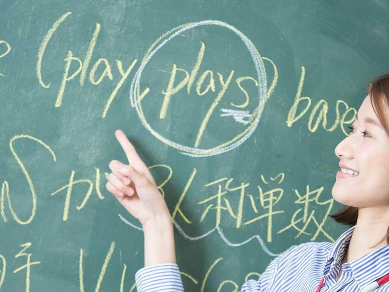 授業をしている英語の先生