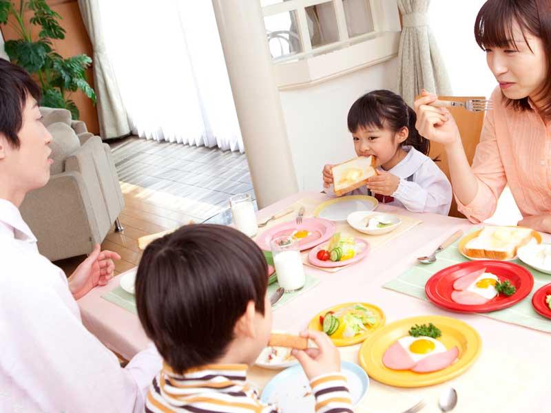 家族を揃って朝食