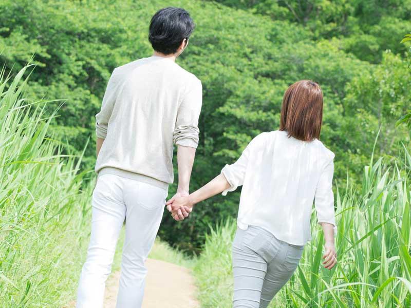 仲良く手を繋いでいる夫婦
