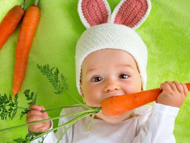 耳付きの帽子を被る赤ちゃん