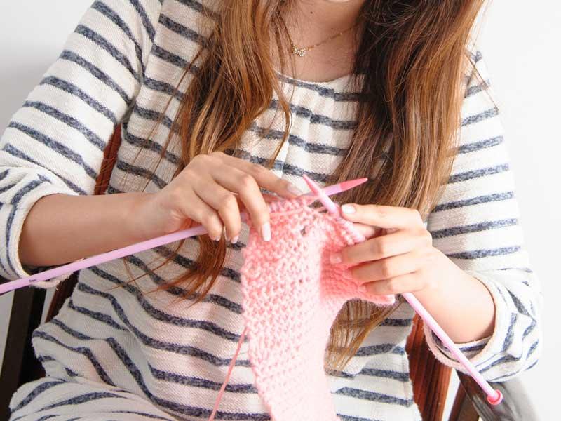 編み物をしているお母さん