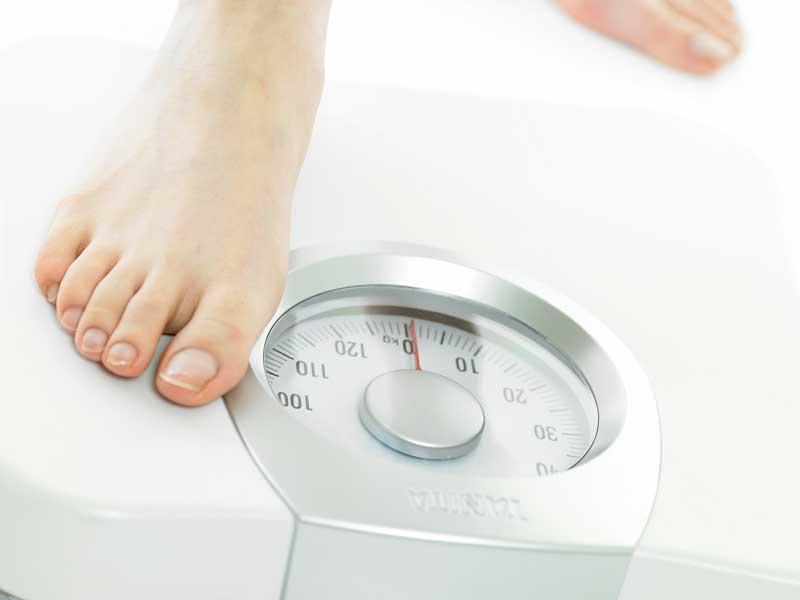 体重を計る妊婦さん