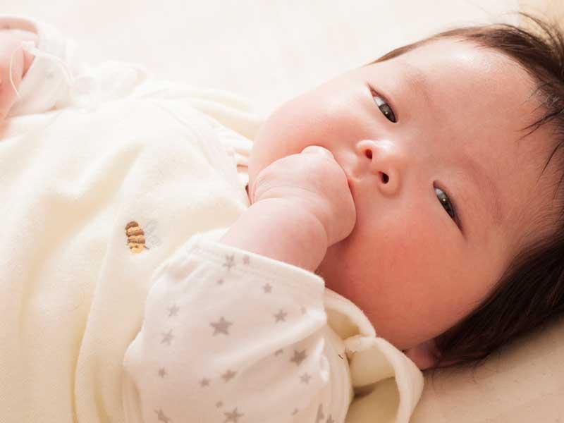 指しゃぶりをしている赤ちゃん