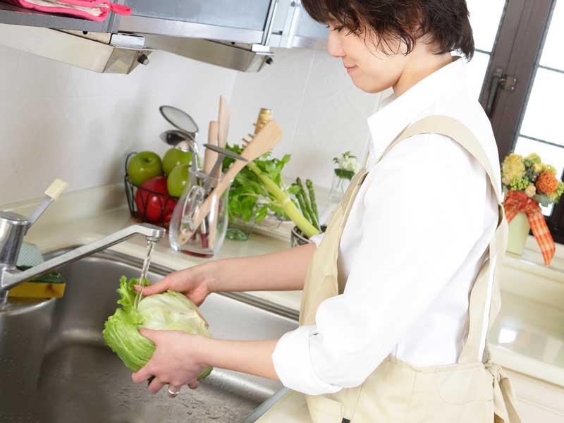 料理をしている妊婦さん