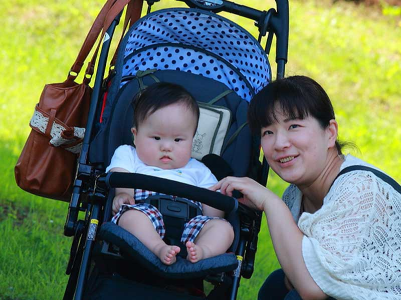 夏にお出かけする赤ちゃんとお母さん