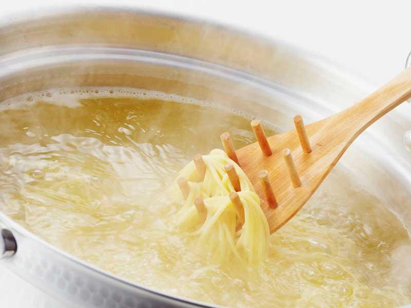 鍋で茹でられているスパゲティ