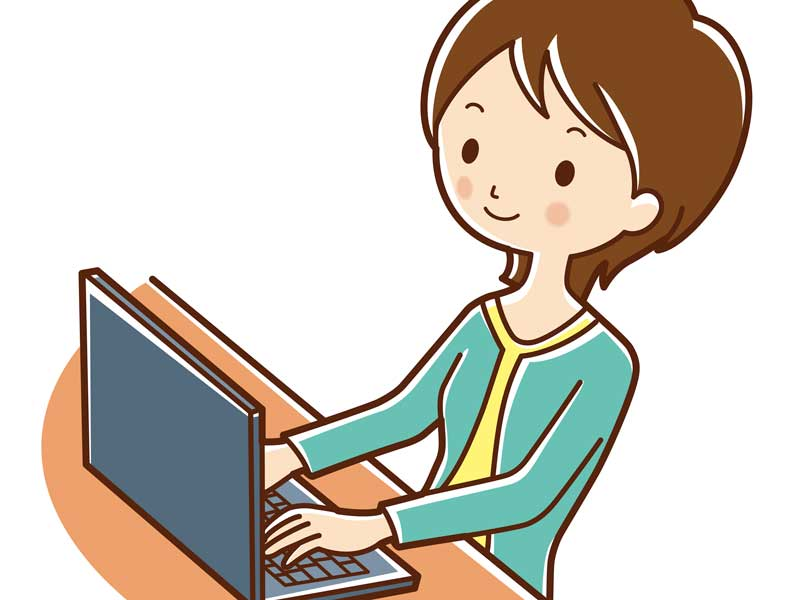 パソコンを使っている主婦