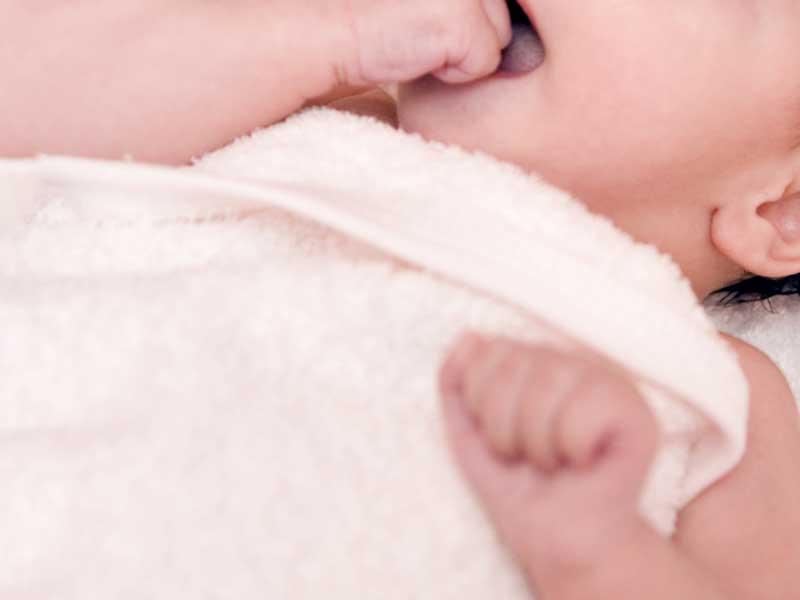 タオルを巻いている赤ちゃん