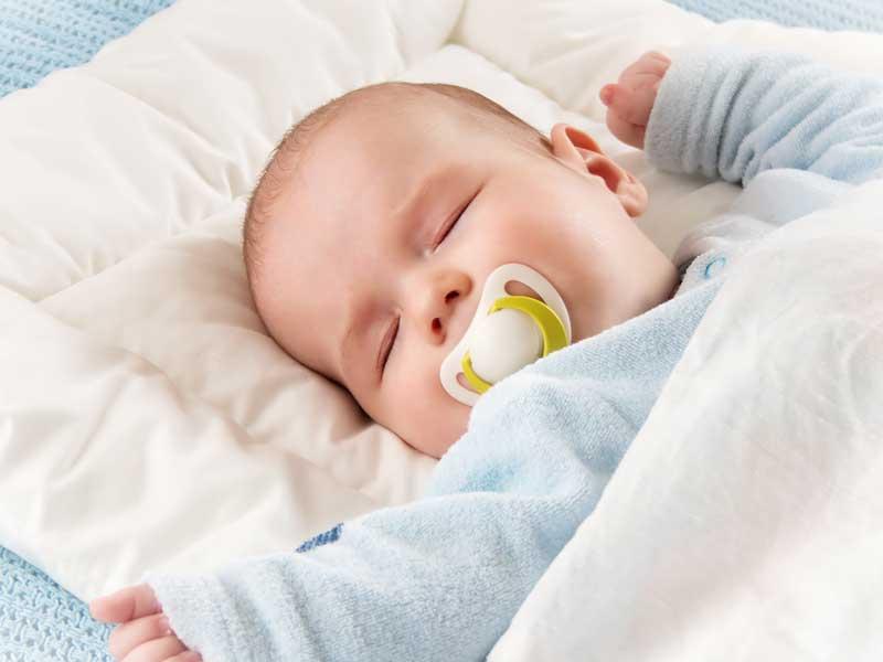 枕の上で寝ている赤ちゃん