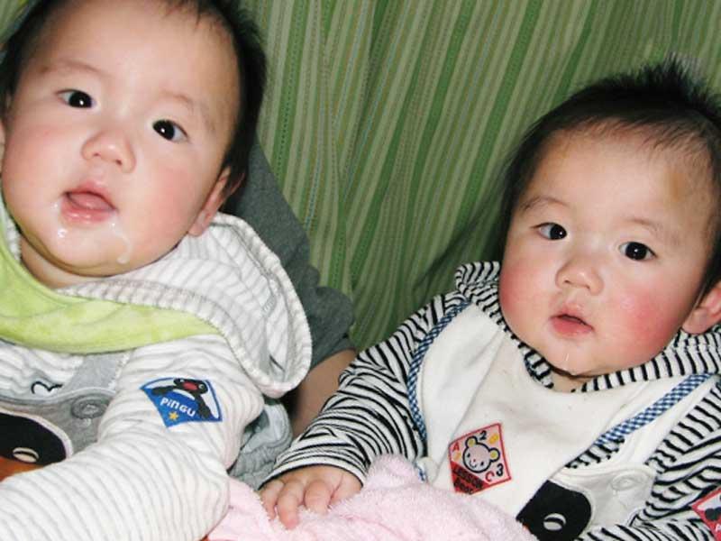 男の子の双子の赤ちゃん