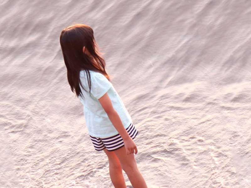 海を眺める女の子