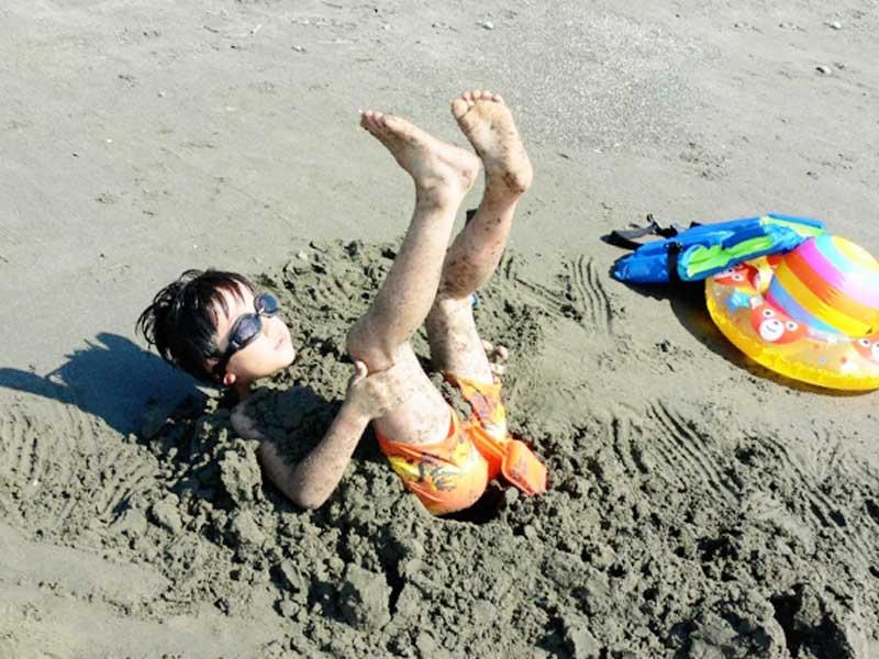 夏の海で遊ぶ子供
