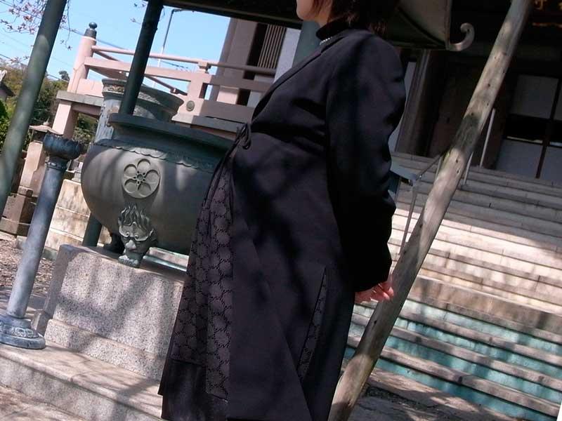 喪服を着ている妊婦さん