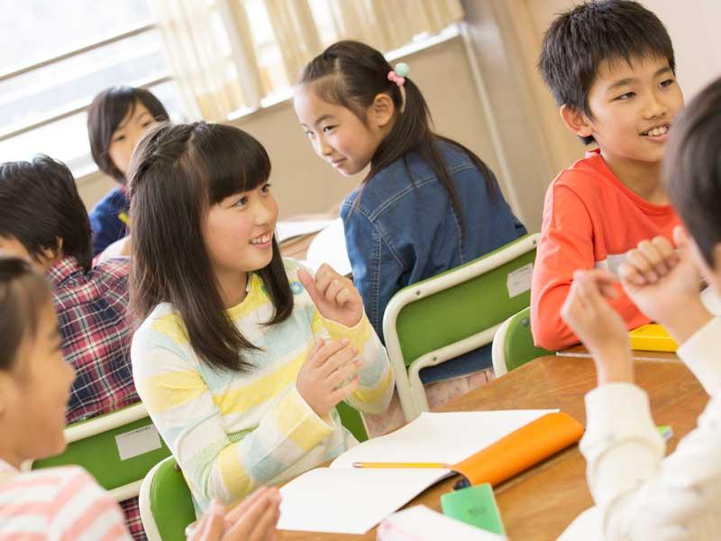 グループで勉強をしている小学生達