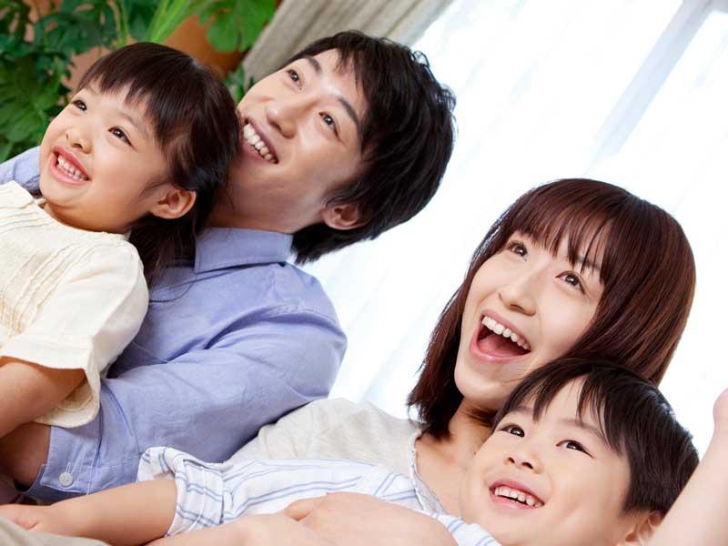両親に抱っこされている子供たち