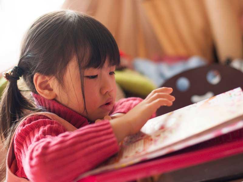 子供雑誌を読んでいる子供