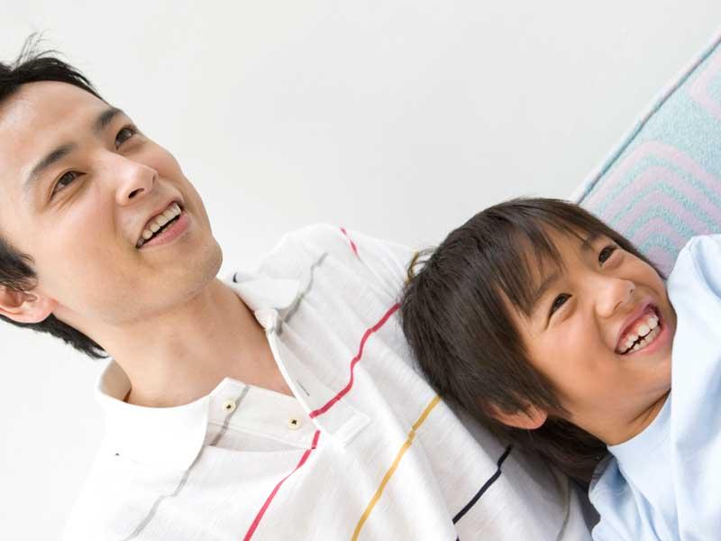 笑顔の子供とお父さん