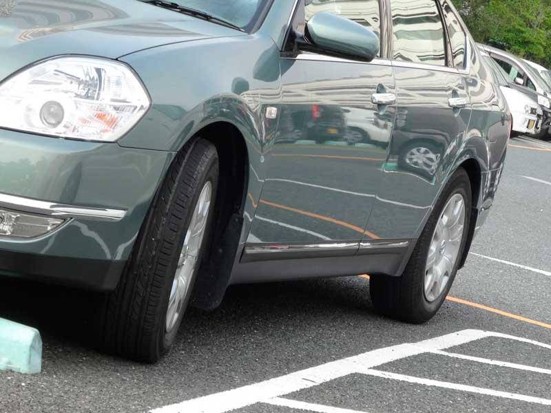頭から駐車する車