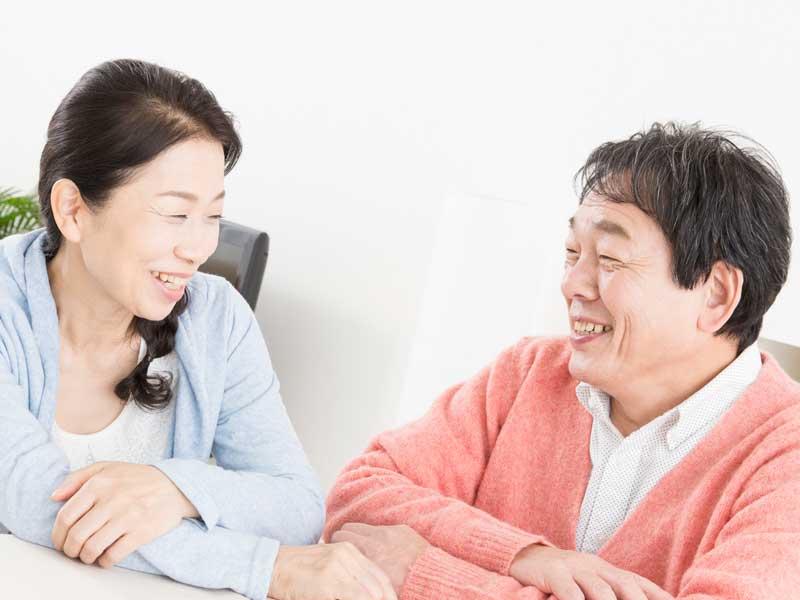 笑顔で向き合う中年夫婦