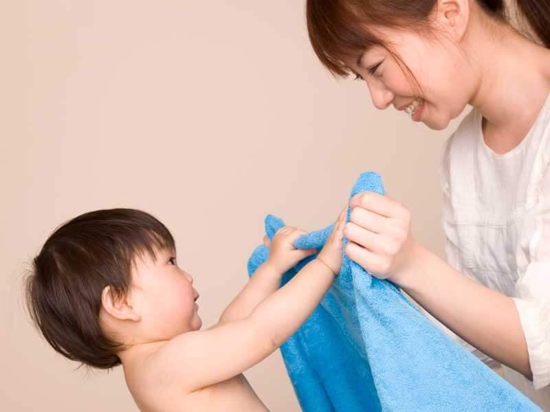 バスタオルを持つ赤ちゃんとママ
