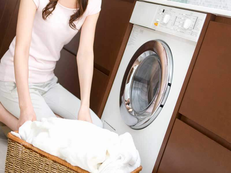 バスタオルを洗濯するお母さん