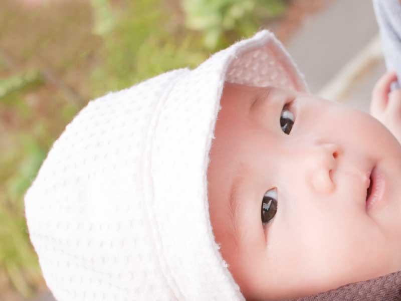 帽子を被っている赤ちゃん