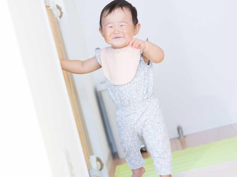 歩いている赤ちゃん