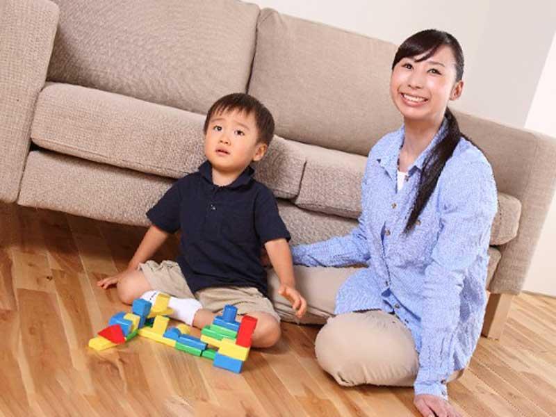 子供と積み木で遊ぶお母さん