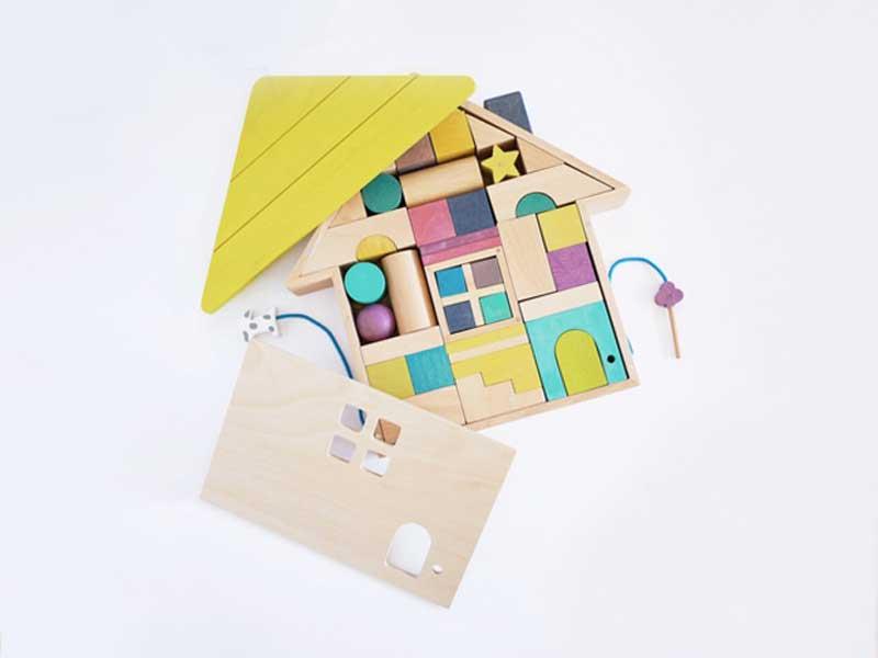 おしゃれでカラフルな色と形が楽しい積み木のお家