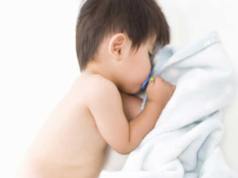 裸で寝ている赤ちゃん