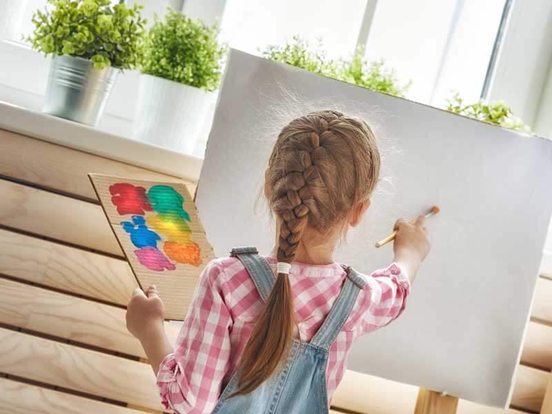 絵を描いている外国人の女の子