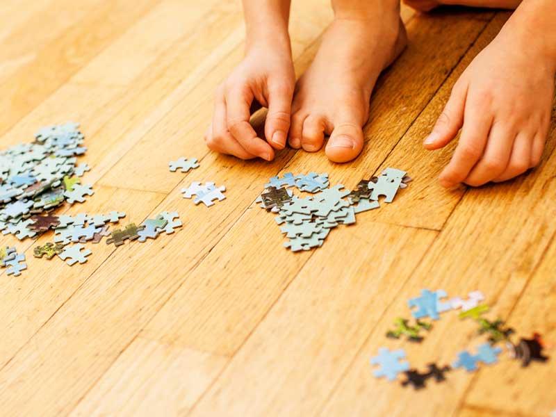 一人でパズルを遊んでいる幼児