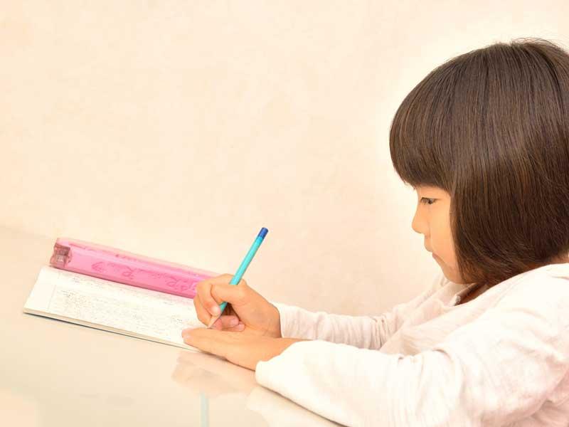 集中して勉強をしている小学生