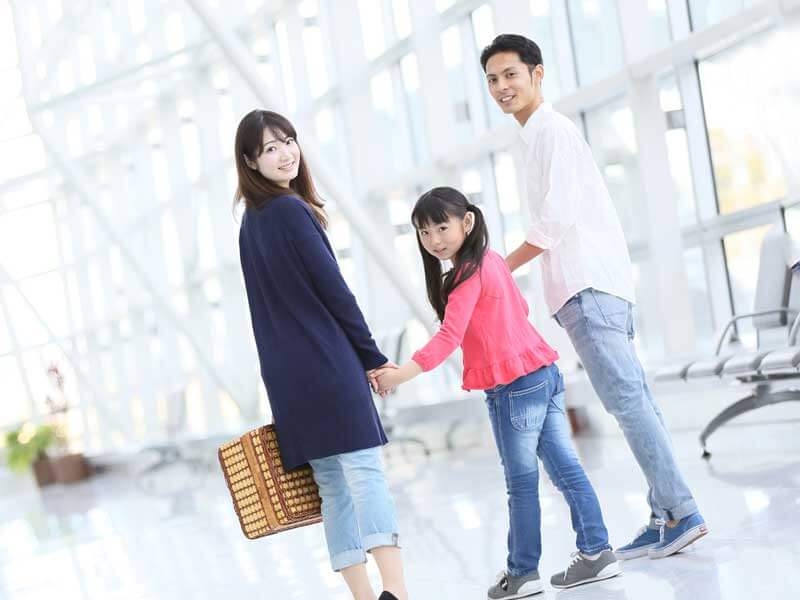 子供を連れて海外に行く家族