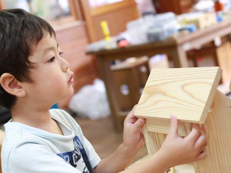 木工の体験をしている男の子