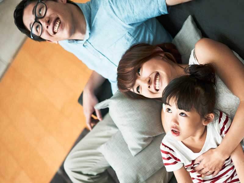 天井を眺める家族
